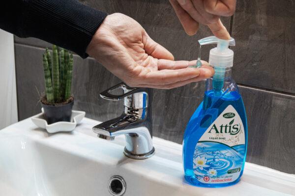 attis-plyn-do-mycia-rak-antybakteryjne-niebieskie-w-butelce-z-dozownikiem-1
