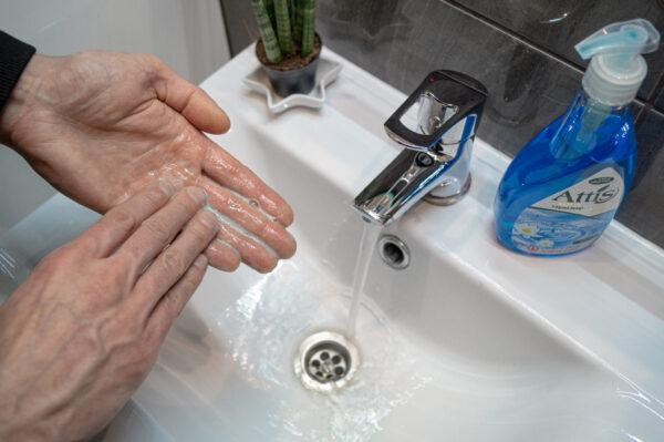 attis-plyn-do-mycia-rak-antybakteryjne-niebieskie-w-butelce-z-dozownikiem-2