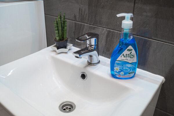 attis-plyn-do-mycia-rak-antybakteryjne-niebieskie-w-butelce-z-dozownikiem