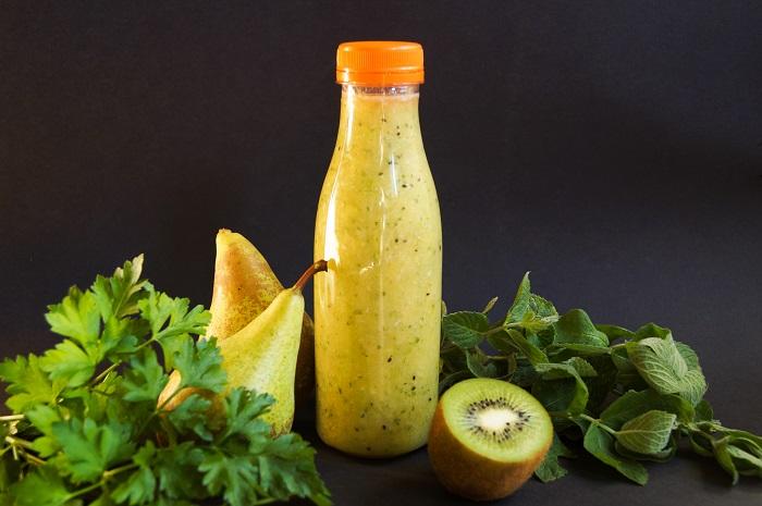 butelka-pet-plastikowa-jednorazowa-transparentna-czarne-tlo-kiwi-gruszki-pietruszka-mieta-zielony-koktajl-nakretka-pomaranczowa