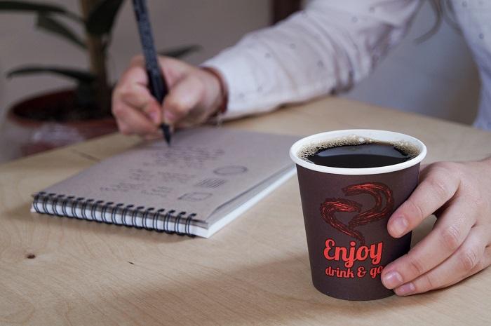 kubek-papierowy-jednorazowy-brazowy-nadruk-czerwony-enjoy-dring-go-kawa