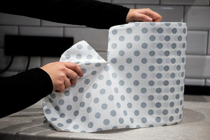 recznik-papierowy-katrin-szare-kropki-urywanie