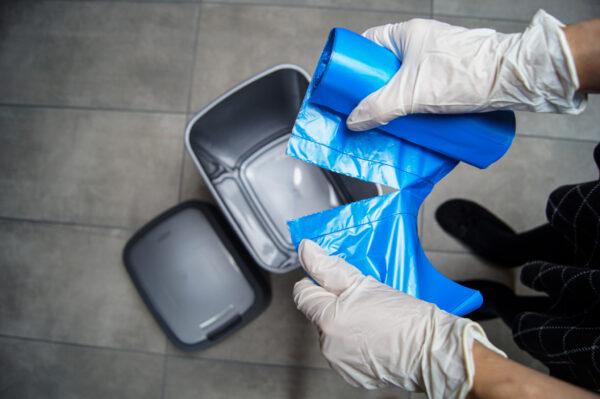 worek-na-smieci-odpady-m-top-paclan-niebieski-rozrywanie-worka-biale-rekawiczki