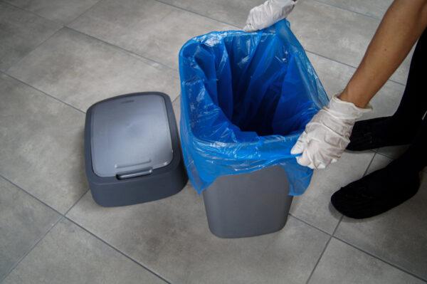 worek-na-smieci-odpady-m-top-paclan-niebieski-zakladanie-na-kosz-biale-rekawiczki