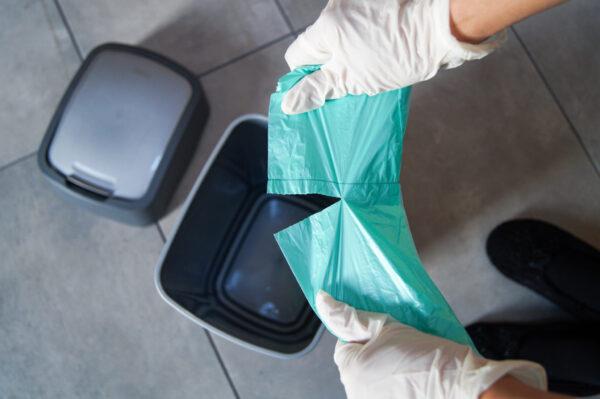 worek-na-smiei-odpady-lazienkowy-zielony-grosik-sarantis-12L-rozrywanie-worka